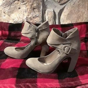 B Makowsky leather heels